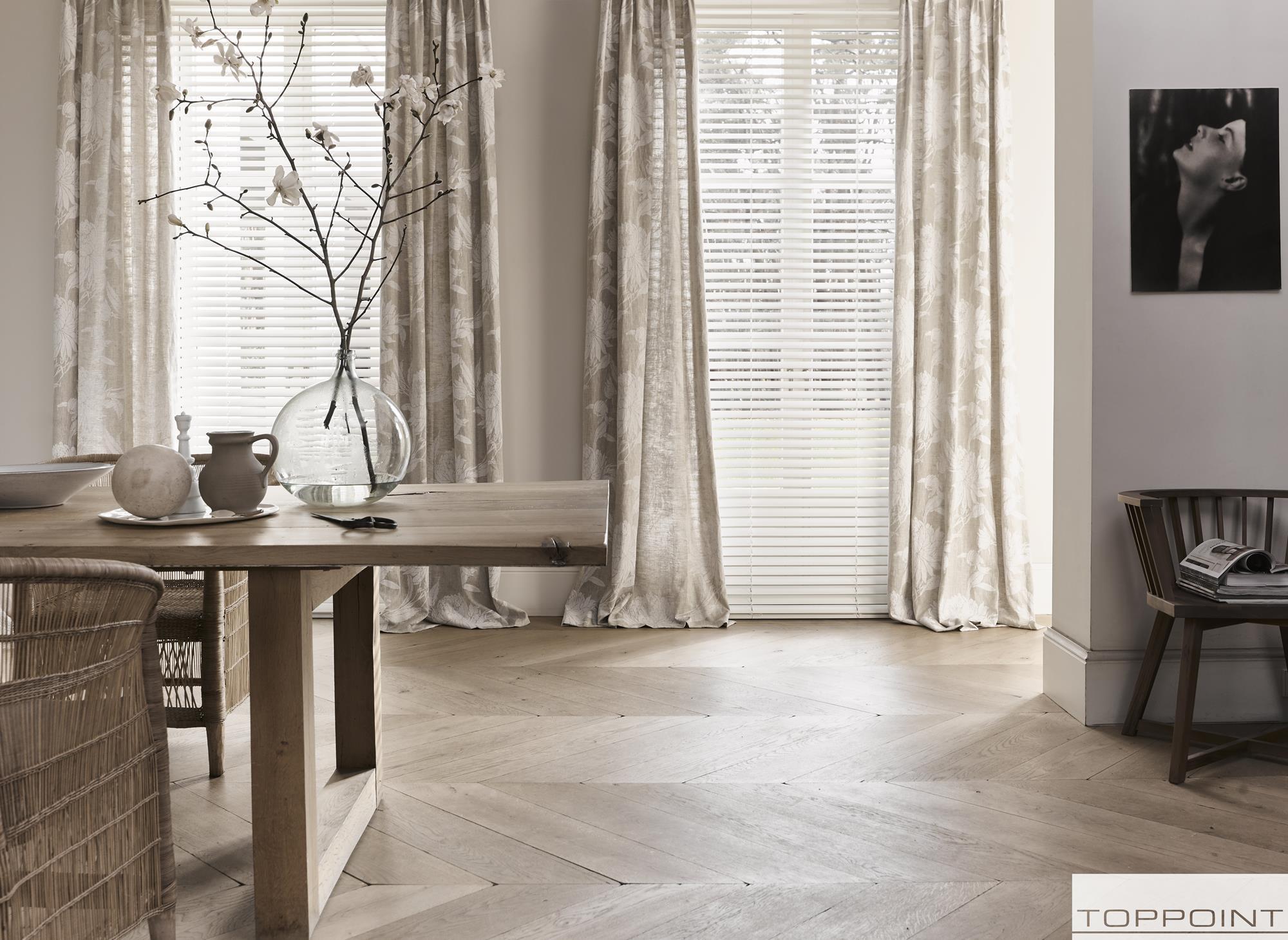 met gordijnen dan heeft u bovendien de voordelen van twee lagen raamdecoratie zoals een optimale warmte en geluidsisolatie en meer mogelijkheden om