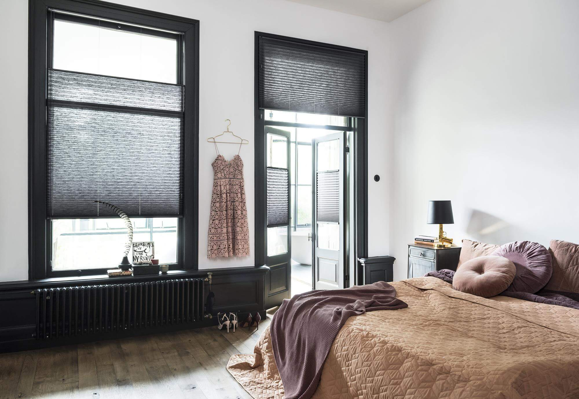 Bed gordijn 13: jonge vrouwentribune van bed in badjas open